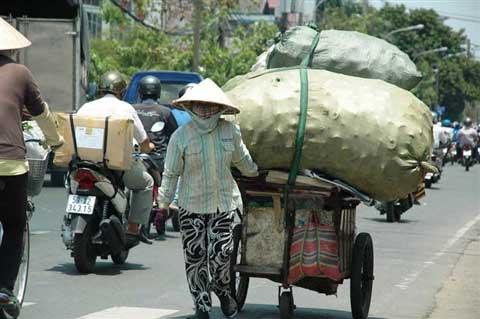Mưu sinh giữa nắng nóng Sài Gòn - 1