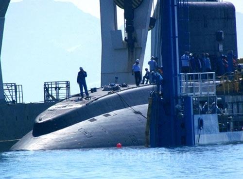 Clip: Hạ thủy tàu ngầm kilo Hà Nội ở Cam Ranh - 1