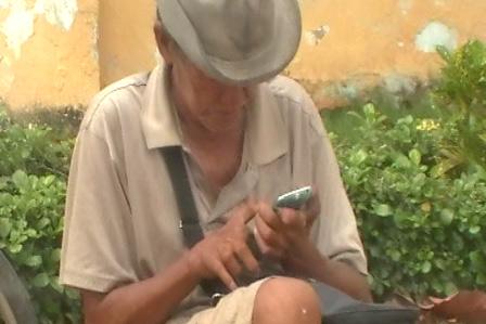 Trục xuất ông già ăn xin xài… iPhone - 1