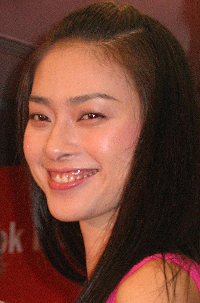 Ngô Thanh Vân có nụ cười hở lợi, mũi cao nhưng không quá thẳng và đôi mắt hơi húp.