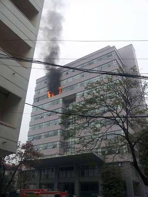 HN: Cháy lớn tại Trường Đại học Ngoại thương - 1
