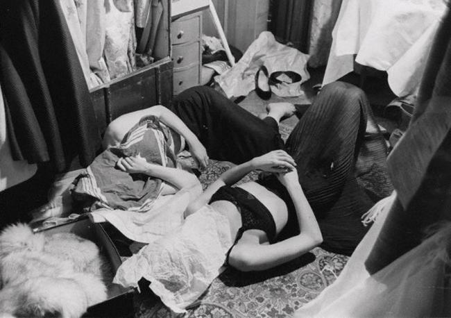 Cảnh hai người mẫu tranh thủ ngủ trong phòng thay đồ chật hẹp. Mỗi mùa tuần lễ thời trang, cảnh tượng này được bắt gặp liên tục.