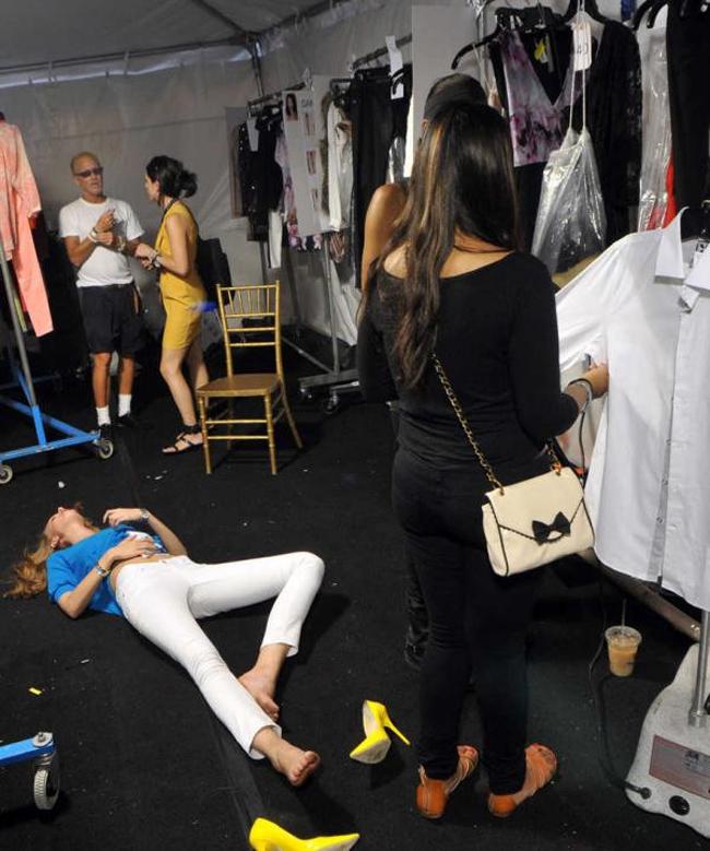 Một người mẫu vứt tung giầy vì quá đau chân sau khi hoàn thành màn trình diễn