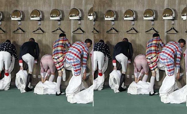 Cảnh tượng các người mẫu nam vội vã trút bỏ trang phục để mặc đồ mới trong một show tại tuần lễ Paris