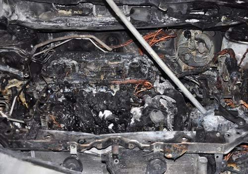 Xế hộp tiền tỷ bốc cháy dữ dội khi đỗ trong nhà - 1