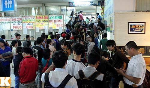 TP.HCM: Hành khách thức trắng đêm mua vé xe Tết - 1