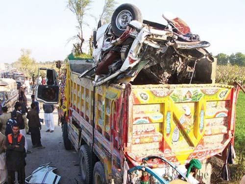 Pakistan: Đấu đầu xe tải, 21 học sinh chết thảm - 1