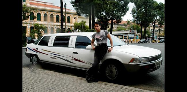 Ngọc Sơn được xem là ca sĩ đầu tiên ở Việt Nam có chiếc xe Cadillac dài sọc, loại xe chỉ dành cho tổng thống xứ người và cũng là người đầu tiên thuê vệ sĩ bảo vệ cho chiếc xe.