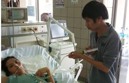 Cảm động người chồng 5 năm tận tụy chăm vợ bệnh - 1