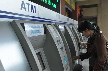 ATM nghẽn mạng dịp tết: Nên trả lương bằng tiền mặt - 1