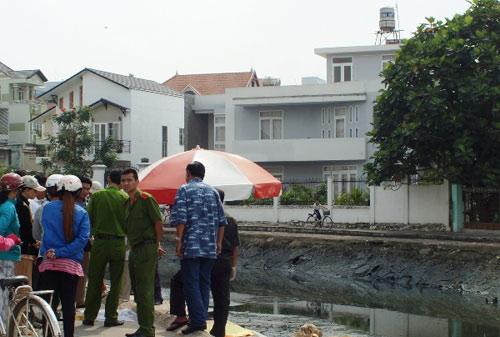Xác trẻ sơ sinh trong thùng giấy trôi ra sông Sài Gòn - 1