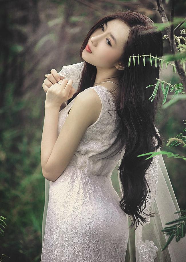 Dù ăn mặc kín đáo, Nu Phạm cũng rất khéo léo khoe ba vòng gợi cảm