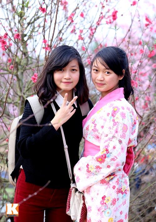 Thiếu Nữ Diện Kimono Khoe Sắc Bên Hoa Đào