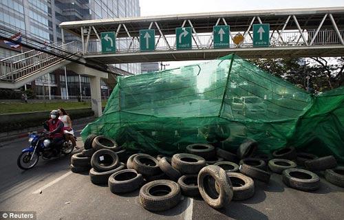 Thái Lan: Người biểu tình dựng lô cốt trên đường - 1