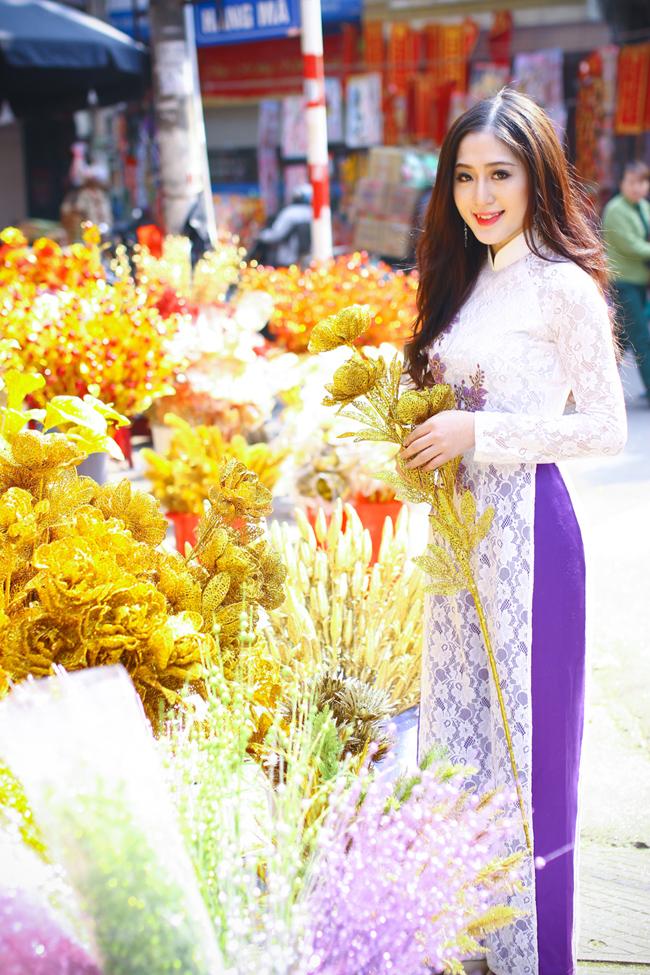 Cô MC xinh đẹp dịu dàng trong tà áo dài truyền thống