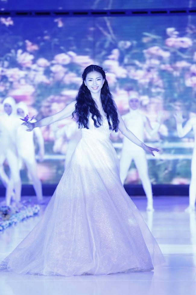 Ngô Thanh Vân vừa là người mẫu, diễn viên và ca sĩ nổi tiếng ở Việt Nam.