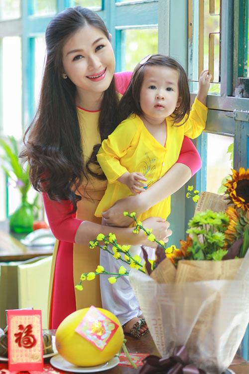 Vợ con Huy Khánh khoe trang phục ngày Xuân - 1