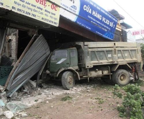 Xe tải tông liên tiếp 5 nhà, thai phụ gặp nạn - 1