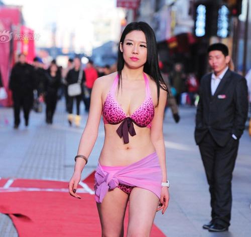 Âm 16°C, người mẫu lẩy bẩy diễn bikini - 1