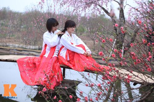 Thiếu nữ diện Hanbok dịu dàng du xuân - 1