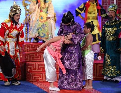 Hài Tết: Đua nhau diễn bạo hành trẻ em - 1