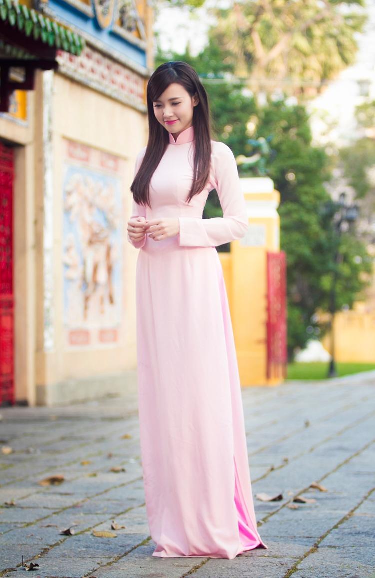 Qua lăng kính của nhiếp ảnh gia trẻ tuổi Đông Phong và áo dài của NTK Minh Châu, Midu xinh đẹp, dịu dàng trong những ngày đầu xuân