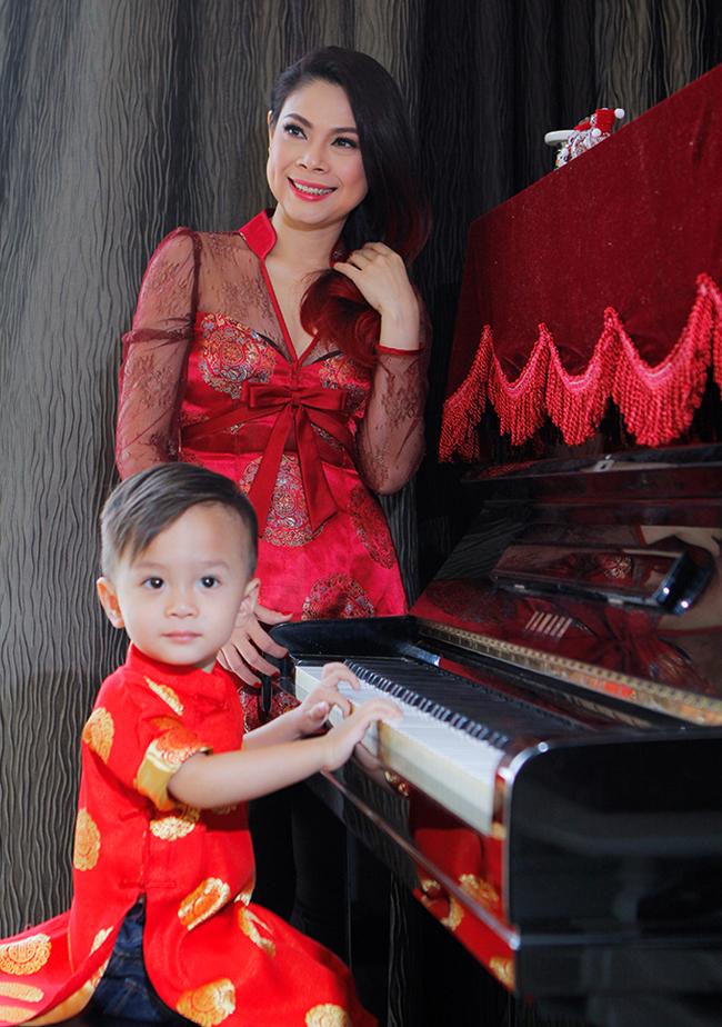 Mới đây, hai mẹcon Thanh Thảo - Jacky đã diện trang phục đôi màuđỏ tươi thực hiện loạt ảnh đón Tết vô cùng vui tươi đón năm mới.