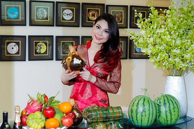 Để chuẩn bị không khí ngày Tết, nữ ca sỹ Búp bê không quên mua sắm hoa quảvà trưng bày bánh trái trang trí nhà cửa.