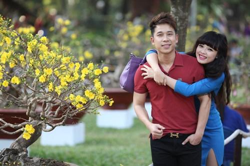 Lê Hoàng dạo phố xuân cùng bạn gái hot girl - 1