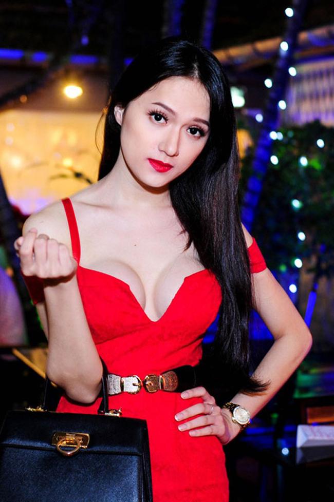 Dù vậy, khuôn ngực của Hương Giang cũng đủ sức khiến nhiều chị em phải phát ghen tị.