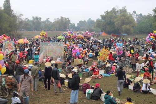 Phong tục lạ: Đi chợ đánh nhau để cầu may - 1