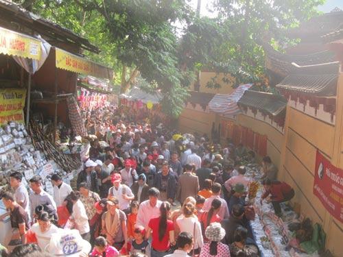 5 ngày tết, hơn 16 vạn du khách trẩy hội chùa Hương - 1