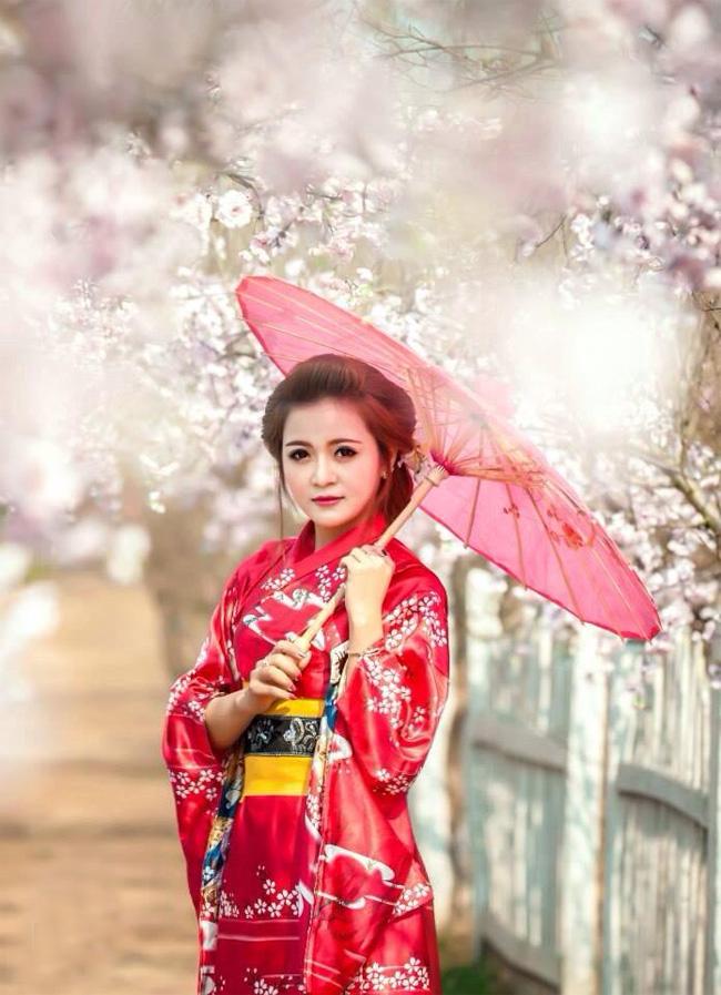 Trong những ngày đầu năm mới, cô giáo xinh đẹp Nguyễn Ly Ly đã có chuyến du xuân tại vườn đào Nhật Tân