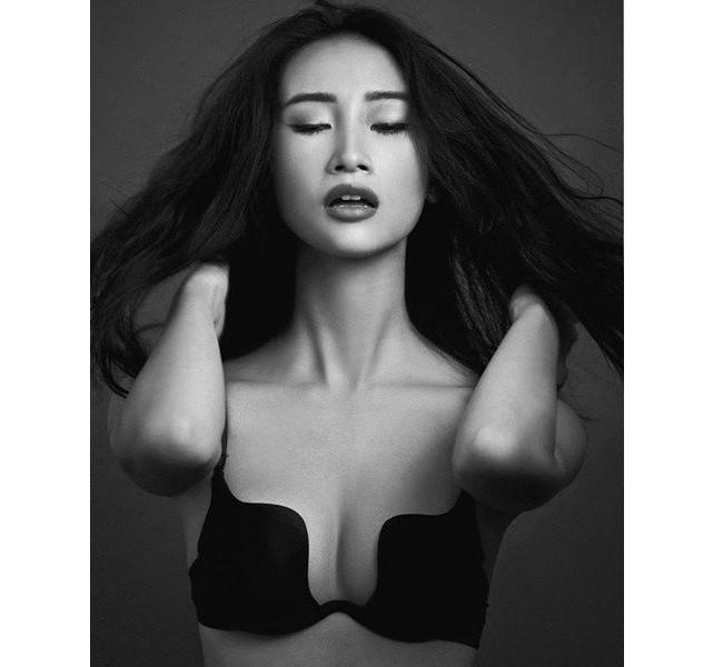 Người mẫu Huyền Trang với mẫu áo nịt ngực hiện đại