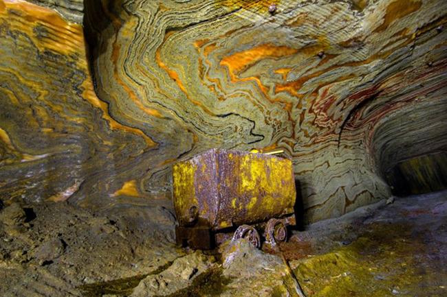 Hình thù kỳ dị là đặc trưng của mỏ muối ảo giác - khu mỏ bỏ hoang nằm sâu hàng trăm mét bên dưới thành phố công nghiệp Yekaterinburg của Liên bang Nga.  Quá trình địa hóa học tạo ra những hoa văn kỳ ảo trong khu mỏ muối bị bỏ hoang ở thành phố công nghiệp Yekaterinburg, Nga.