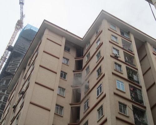 HN: Cháy chung cư, dân hoảng loạn tháo chạy - 1