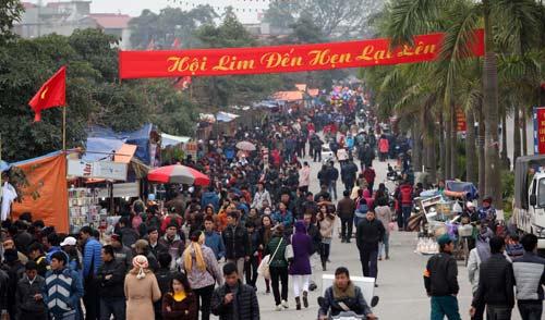 Du khách ùn ùn đổ về hội Lim - 1