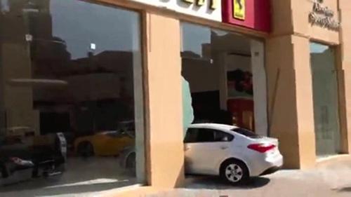 Tài xế say rượu đâm xe vào đại lý Ferrari - 1