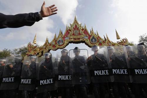 Thái Lan: 5000 cảnh sát tái chiếm khu biểu tình - 1