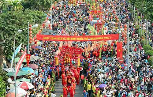 10.000 người chen chân xem lễ hội rước kiệu Bà - 1