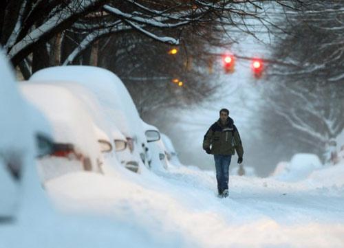 Bờ Đông nước Mỹ chìm ngập trong bão tuyết - 1