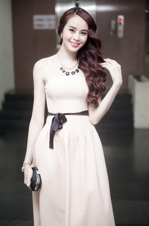 Hot girl Sella Trương khoe vai mềm trắng nõn - 1