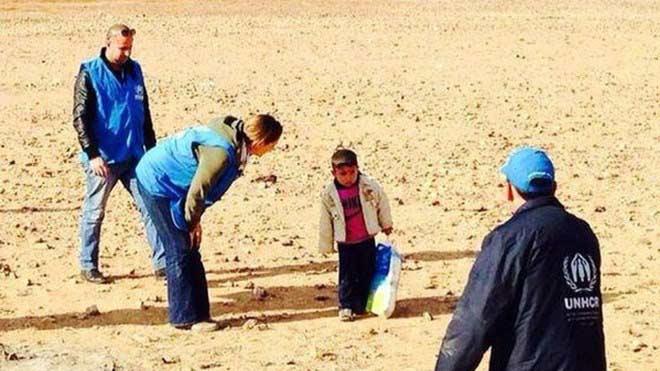 Bé 4 tuổi một mình vượt sa mạc tìm mẹ - 1