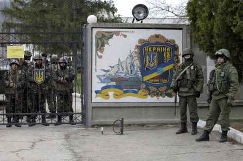 Lính Ukraine ở Crimea ủng hộ chính phủ thân Nga - 1