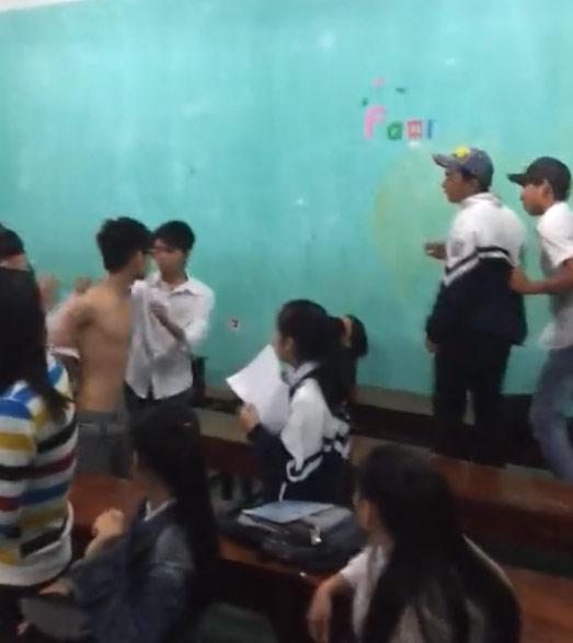 Phẫn nộ 3 nam sinh đánh bạn nữ trong lớp - 1