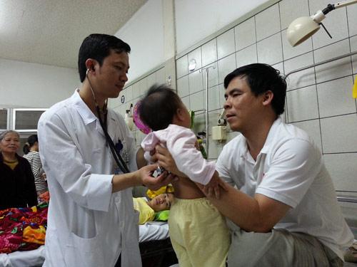Cứu sống bé gái bị sởi biến chứng suy hô hấp - 1