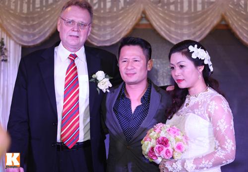 Bằng Kiều cười thả ga trong đám cưới chị gái - 1