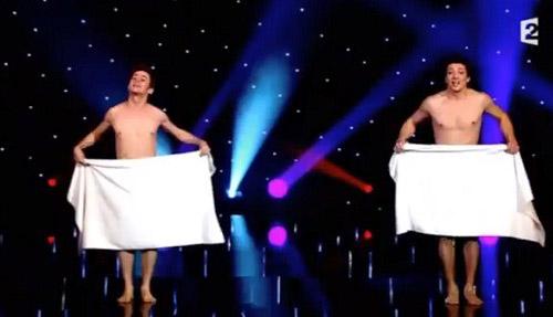 Video: Múa nude bằng khăn tắm tài tình - 1
