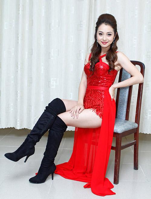 """Đỏ mặt với """"váy ngắn như áo"""" của Hương Tràm - 1"""