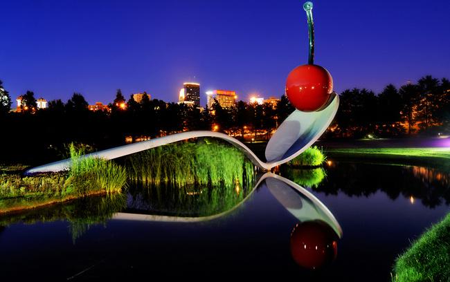 Minneapolis là khu vườn trưng bày rất nhiều tác phẩm nghệ thuật điêu khắc ở Minnesota (Mỹ). Điểm nhấn của công viên là hình ảnh thú vị của cây cầu muỗng.